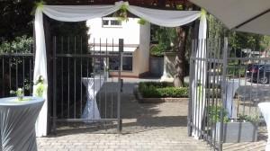 Geschmückter Museumsgarten für eine Hochzeit